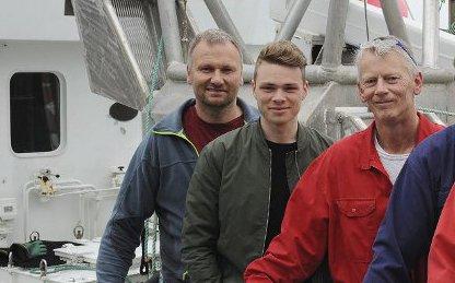 Egil Sverre Langnes, i midten, blir å se på TV2 fredag kveld. Her sammen med kollegaene  Ivar Gustad (til venstre) og Harald Slatlem på fiskebåten «Liaholm».