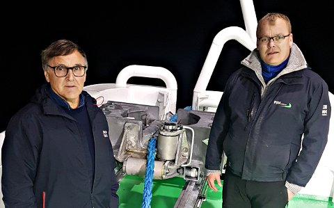 Oppfinner Thor Vaagland (til venstre) og teknisk sjef Endre Brekstad i FSV foran taulåsen som har økt sikkerheten om bord.