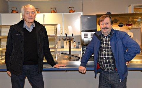Leif Ingeberg i Kristiansunds Klubbselskab (til venstre) og Bengt Eriksson i Kristiansund pensjonistforening.
