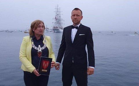 Plaketten ble overrakt til programleder Linda Eide av Rangønes og øyas egen agent, Håvard Bringsli.