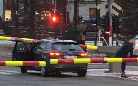 BOMFEIL? Det var uklart hva som førte til at sjåføren av denne bilen endte opp med bommen over bilen mandag ettermiddag. Nå kan andre fortelle at det kan være feil med signalanlegget som er årsaken.