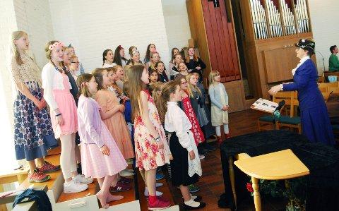 ØVER: Barnekantoriet under ledelse av Kristin «Poppins» Vold øver nå frem mot årets vårkonsert.