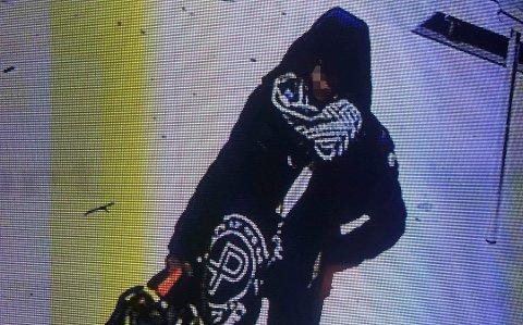 FANGET PÅ KAMERA: Kvinnen som nå er pågrepet ble fanget opp på et overvåkningskamera i butikken under tyveriet.