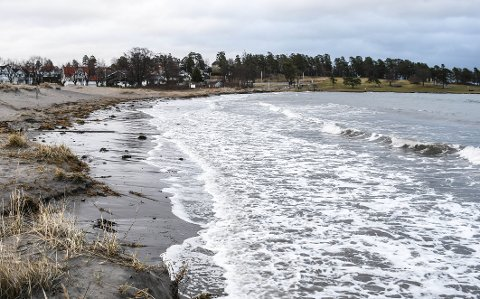 HØYVANN: Ringshaugstranda er praktisk talt borte som følge av høyvannet.