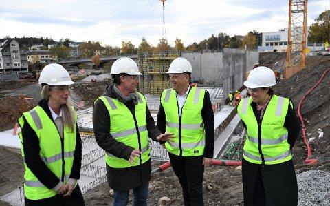 GOD KJEMI: Arild Kalkvik og Leif Terje Nilsen har planen klar for et av verdens mest moderne kinoanlegg. Her flankert av Kirsten Myrhaug (t.v.) og Heidi Fjellvær Olsen i Trondheim Kino.