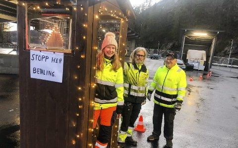 Pyntet til Jul: RTA-ansatte sørger for julestemning også på søppelmottaket på Grenstøl. F.v. Eline Marie Nilsen, Oddbjørn Trydal og John Erik Bjerke. Foto: Karoline Nerdalen Darbo
