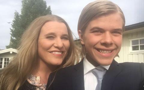 FOTBALLFAMILIE: Monica Rosendahl sammen med sønnenn Morten. Han er stor fan av både søstra og broren, og bruker mye av fritida på å reise rundt for å dem spille fotball.