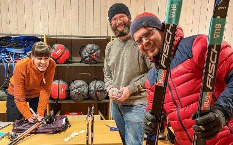 Rektor Tor Nordås (til høgre) har fått tjuvteste BUA og lånt ski til elevane ved Vang barne- og ungdomsskule. Frå torsdag kan kven som helst låne utstyr.