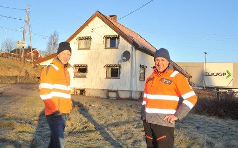TRENGERNYELOKALER:Daglig leder Per Runar Furuseth (t.v.) og tekniske sjef Pål Gordon Nielsen i Nokab på boligtomta på Bjertnestangen som de ønsker å utvikle til næringsvirksomhet.