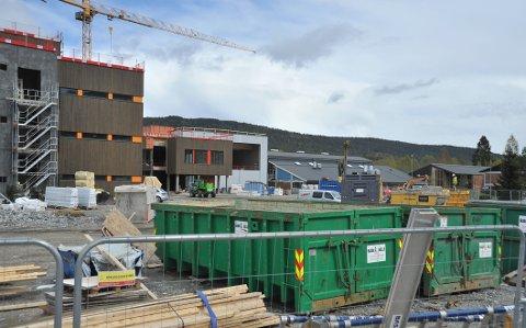 RAMMET:Fra utbygginga av ny barneskole på Elvetangen i Hakadal, der flere arbeidere har fått påvist covid-19.