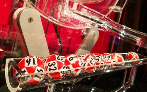 4,8 MILLIONER: En kar i 50-årene fra Nittedal hadde lørdag en av de tre kupongene med riktig vinnerrekke i Lotto.  Mannen vant 4.851.015 kroner.