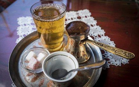 KAFFESTUND: Bosnisk kaffe drikkes i Sarajevo fra morgen til kveld. Servert fra tradisjonell kanne, kruttsterk, full av grut og ytterst vanedannende.