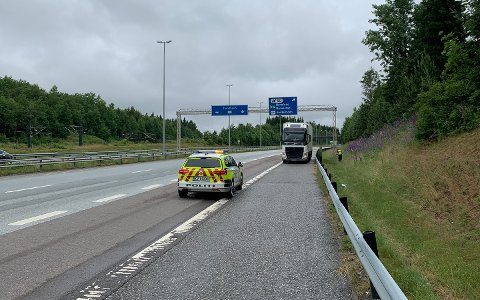 FEIL VEI: Her ble vogntoget stanset på E6. Da hadde sjåføren rukket å kjøre flere kilometer på motorveien – i feil kjøreretning.