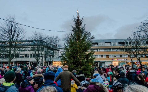 SAMLING I SENTRUM: Julegrantenning er en festdag i Ås sentrum. Bildet er fra julegrantenninga i 2018.