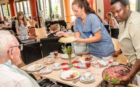 MINDRE KJØTT: MDG ville kutte kjøttforbruket til Ås kommune med 40 prosent. Det ble nedstemt i kommuenstyret. Bildet viser matservering til de eldre på Moer sykehjem. Foto: Bonsak Hammeraas