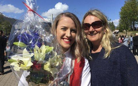 17. maitaler: 21-årige Julie Bratseth Håkonsen, med blomster, mottar gratulasjoner fra Siri Melkild etter sin gode tale på Øratorget 17. mai.Foto: Petter Erik Innvik