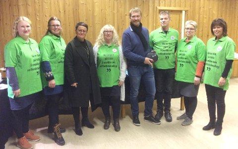 Kommunens ansatte, for anledningen i T-skjorter med «Nå er det på tide å snakke om velferdsteknologi» sammen med Tone Bye og leverandør Doro ved Arvid Bakken.