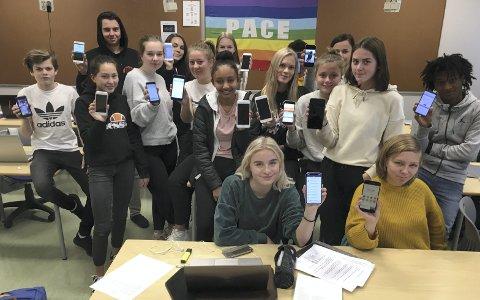 Mobilbruk: Elever i klasse 1ST, 1–2 på Sunndal vidaregåande skole med sine mobiltelefoner. Stort sett er det få problemer med misbruk.Foto: Petter Erik Innvik