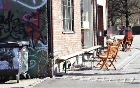 TAKE AWAY: I Oslo er det kun tillat med take-away. En forbipasserende reagerte på at pop-up kafèen Esperanto i Gamlebyen hadde satt bord og stoler utenfor torsdag.