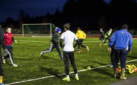 G14: Gutane lar seg ikkje stoppa av stiv kuling som bles vekk ballar og sekkar, fotballtreninga går som planlagd. På kunstgrasbana på Austrheim er det full aktivitet heile veka. ALLE FOTO: Morten Sæle