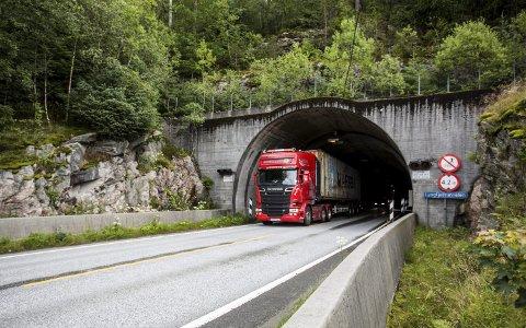 Lyngfjelltunnelen er av mange skildra som mørk og smal. No er den i ferd med å verta oppgradert, men det har ført til trafikk-kaos til tider.