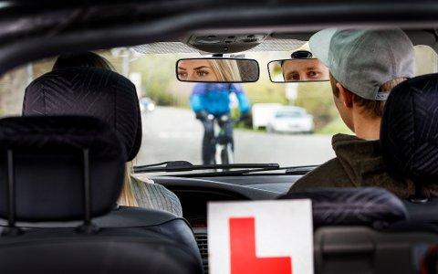 16-åringer bør ikke få kjøre bil alene, mener Ungdommens fylkesråd i Nordland.