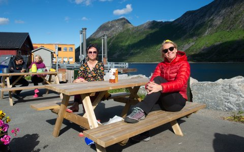 ROLIG: Gro-Sissel Iversen og Vibekke Svee liker roen på Senja. - Utrolig fin natur og mye hyggelige folk. Folk er så rolige. Her er ikke noe stress, sier de. Foto: Rune Ottarsen
