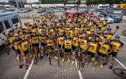 Fjorårets Team Rynkeby fra Norge ved avreise fra Kiel. Klare for en uke på sykkelsetet og med den franske hovedstaden i siktet. Alle sponsorpenger som kommer inn til de fem lagene fra Norge går uavkortet til den norske Barnekreftforeningen.