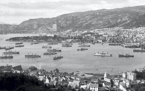 Dette er en dag i 1918, for snart 100 år siden - og fra Laksevågsiden skuer vi ut over Puddefjorden/Byfjorden der skip som skal ut i konvoi vestover, ligger og venter. Skip fra mange speder samlet seg i Bergen, før man seilte samlet  ut. Norge var nøytral under 1. verdenskrig, men likevel forsvant over 830 norske skip og nær 2000 norske sjøfolk mistet livet.
