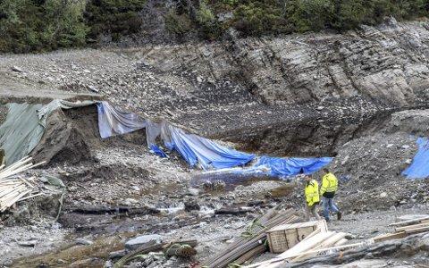 133 mennesker måtte evakueres da demningen i Munkebotn brast. Nå er et eksternt firma i gang med å granske hendelsen.