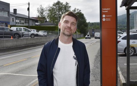 Fagforeningsleder Roger Moum truer med å be sjåførene parkere bussene.