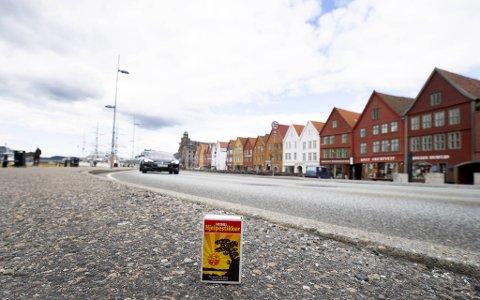 Fyrstikkesken er 5,7 centimeter høy. Det er mer enn det bybaneplanleggerne mener Bryggen må heves.