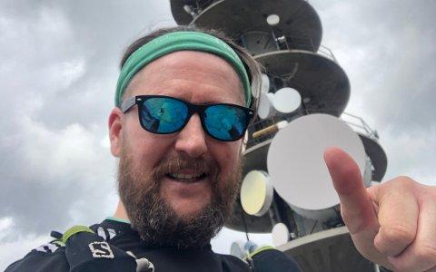 Tommas Nilsen Aksdal har gått 7-fjellsturen i snart 48 timer. Det gjør han til inntekt for Barnekreftforeningen.