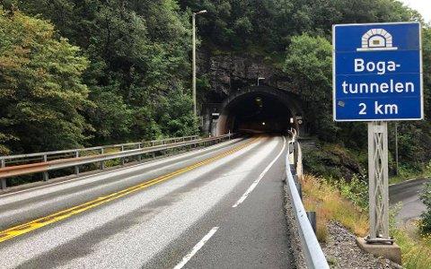 Den to kilometer lange Bogatunnelen på E16, på Vaksdal mellom Bergen og Voss, skal vedlikeholdes i sommer.