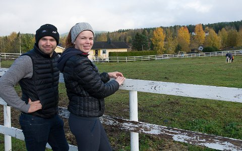 FRIHET: Med eget småbruk på Snarum har rytterparet fått god plass til egne hester. De regner med å bruke de neste par årene på å pusse opp og bygge opp stedet.