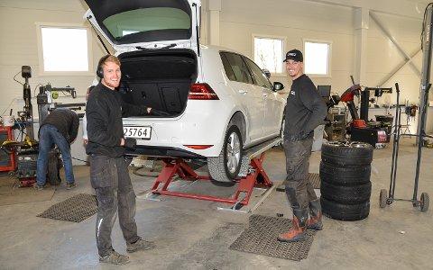 MYE Å GJØRE: – Det er nå fullt trøkk med sommerdekk og vi har den siste tiden skiftet dekk på drøyt 50 biler om dagen, smiler, Henrik Formodalen (t.v.) og Lars Petter Krogstad.