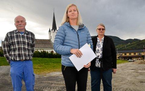 TOMTESTRID: – Tomten kommunen tilbyr til kirkens nye driftsbygg, er totalt uegnet til formålet, sier Tom Løvlid (f.v.), Mette Garbrielsen Flågan og Lise Wold Kleven.
