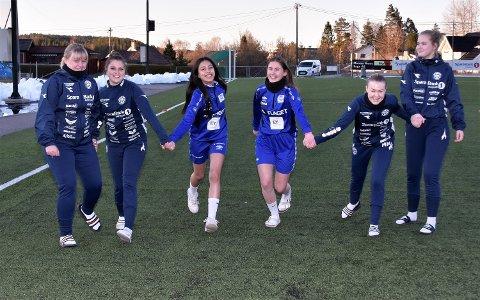 DRAR HVERANDRE FRAM: Modum FK-jentene tar varmt imot to jenter fra Eiker Kvikk, som var nye på treningen torsdag. De to Øvre Eiker-jentene ses i midten, i lysere blått antrekk. Spillerne er fra v.: Lisa Marie Skaalien (16), Marte Fjerdingstad Olsen (18), May-Linn Han-Arsa (16), Hedda Haare (16), Martine Moe Martinsen (16) og Aurora Refsahl (17).