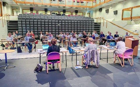 ENDELIG SAMLET: Kommunestyret i Modum er samlet til fysisk møte for første gang siden september 2020. Møtet foregår i storsalen i Modum kulturhus, som er rigget om til møtelokale.