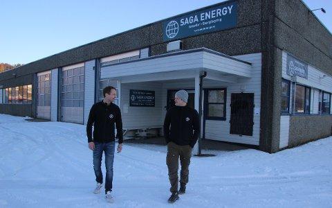 NYVINNING PÅ VEG: Dagleg leiar Kristian Prestrud Astad (t.v.) og elektroingeniør Trond Axdal i Saga Energy AS gler seg til våren. Då skal testriggen med den nyutvikla integrerte solpanelløysinga trillast ut på plassen utanfor kontor- og produksjonsbygget på Vikeså. Det nye solcellepanelet fungerer som eit komplett, tett tak.