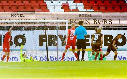 Her har Andreas Hellum akkurat satt inn sitt første Eliteserie-mål, mot Brann. Mjøndalen vant 1-0.