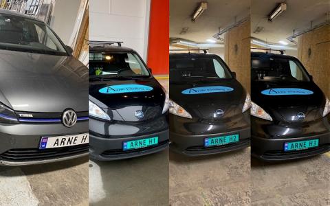 SAMME NAVN: Personbilen og de tre firmabilene til Arne Henriksen har fire nesten identiske bilskilt. Det eneste som skiller dem fra hverandre er tallene.