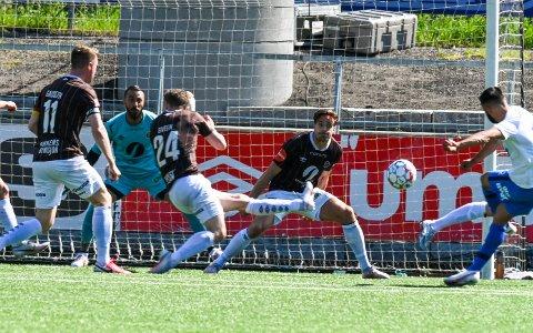Sosha Makani reddet en ball som var på vei over streke, mens Sondre SolholmJohansen storspilte og var Mjøndalens beste da MIF spilte 0-0 mot Molde på hjemmebane.
