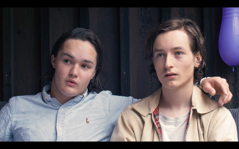 DRAMMENSER I NY SPILLEFILM: Simen Bekkenes-Grønlie (23) fra Åskollen (til venstre) har birolle i den nye norske spillefilmen «Første gang». Her fra innspillingen som foregikk i 2017.