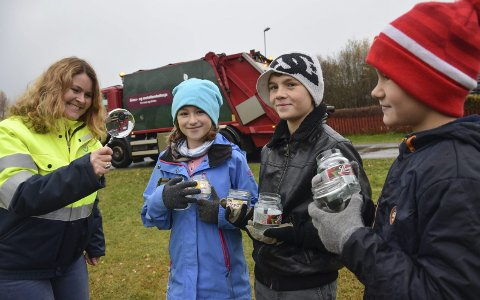 Gjenbruk: Kildesorterer du ett syltetøyglass, så er det nok til å lage et forstørrelsesglass, forteller kommunikasjonssjef for RfD, Marianne Holen. – Kult, sier Birte Faugestad (10), Tobias (10) og Nikolai (9) Nordnes Vislie fra Mjøndalen.