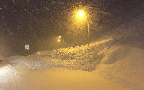 Det har kommet ned mye snø i form av ras på Vestersia i natt.