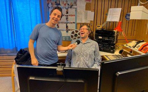 JULEKORONA: Programleder Andreas Børvik sendte Radio Korona fra studio til Radio Nordkapp tidligere i år. Her står han med redaktør Raymond Elde.