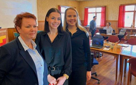 RÅDHUSSALEN: Hege Jernsletten, Marianne Berg og Marte Gabrielsen i Visit Nordkapp presenterte statusanalyse for Nordkapp som reisemål for formannskapet.