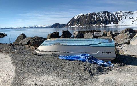 HONNINGSVÅG: En båt ligger på land. Et lite steinkast unna vann.