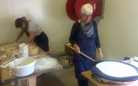 Abbeldagane- Reidun Isane Solvang, Davik, kjevlar ut flatbrød medan Randi Myklebust, Ålfoten, steiker.
